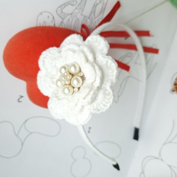 Обруч белый вязаный цветок